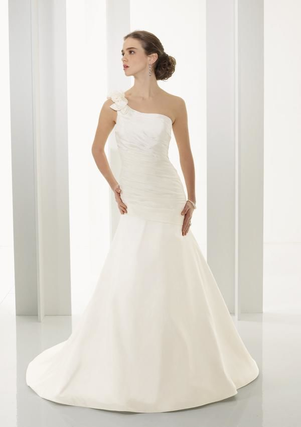 How to choose the right wedding dress feel incredible for Wedding dresses for apple shaped body