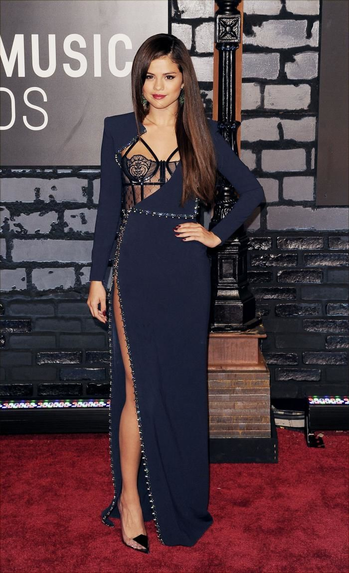 selena gomez black and navy dress red carpet